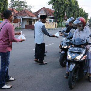 Hari Pertama Ramadan, Bupati Sumenep Bagi-bagi Takjil ke Pengendara Motor