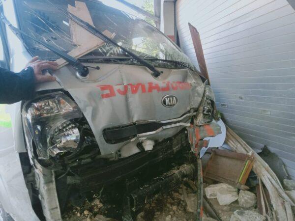 Ambulance RSUD Sumenep Tabrak Warung dan Toko di Sampang