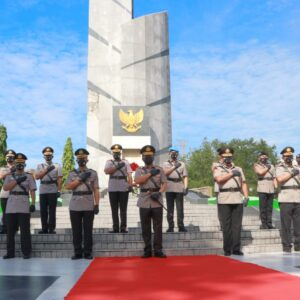 Momentum Hari Bhayangkara ke-75, Kapolda Jatim Ziarah ke TMP 10 November Surabaya