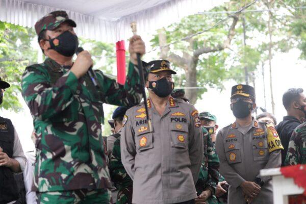 Didampingi Forkopimda Jatim, Panglima TNI dan Kabaharkam Cek Penggunaan Aplikasi Tracer Silacak