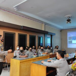 Kapolres Lumajang Berikan Pelatihan Bhabinkamtibmas Penggunaan Aplikasi Silacak dan InaRISK