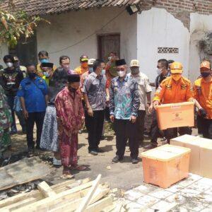 Beri Bantuan Pada Keluarga Korban Kebakaran, Bupati: Hati-hati, Terutama Masyarakat yang Bakar Sampah
