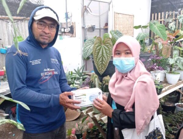 Mahasiswa PMM UMM Bagikan Masker Kepada Kelompok Tani Desa Sidomulyo