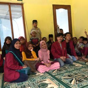 Mahasiswa PMM UMM Memperkenalkan Anak-Anak Desa Selorejo dengan Tanaman Toga