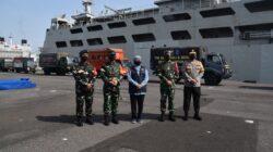 Melalui Koarmada II, TNI AL dengan KRI Tanjung Kambani-971 II angkut 30 Truck Bantuan ke NTT